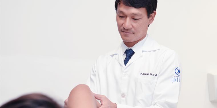 Tratamentos não cirúrgicos. Dr. Junichiro Sado examina joelho de um paciente